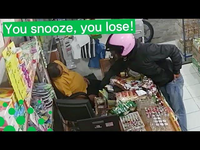 Intenta robar la caja a unos centímentros de un vendedor dormido (pero algo sale mal)