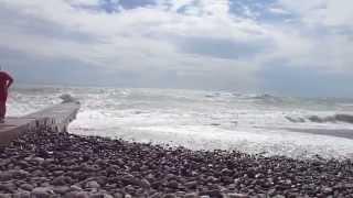 Шторм - Черное море Абхазия (Гагра) и Сочи (Адлер) и(Сильный Шторм на Черное море в Абхазии (Гагра), туристы отдыхают)))nnШторм - Черное море Абхазия (Гагра) и..., 2014-10-26T02:23:34.000Z)