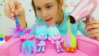 Детское видео. Игрушки из мультика Тролли в салоне красоты