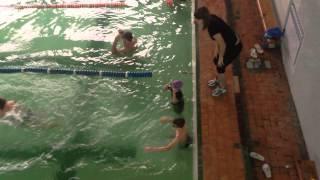 бассейн первые уроки александра плывет