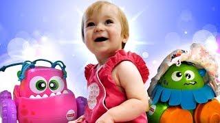 Video für Babys. Bianca spielt mit Autos und lernt die Farben.