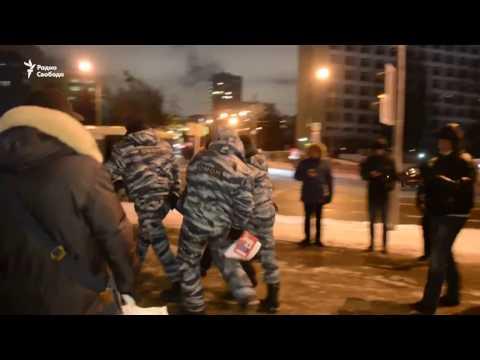 В России в День Конституции задержаны активисты, читавшие Конституцию