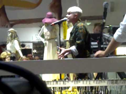robyn performing at h + m in manhattan!!!!! EEK