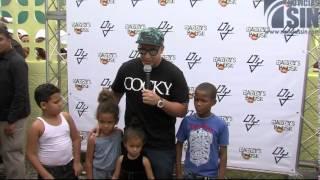 Daddy Yankee entrega juguetes y comida a niños del Tamarindo