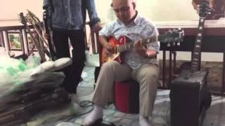 Thầy Nguyên test guitar điện