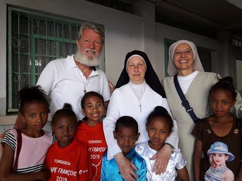 Nuestra Madre General en Akamasoa (Padre Opeka)