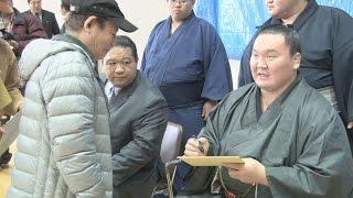 大相撲冬巡業で九州各地を巡業中の横綱白鵬関ら幕内力士が12日、熊本...