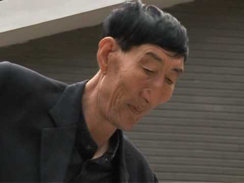 El hombre más alto del mundo vive en China y ahora es padre