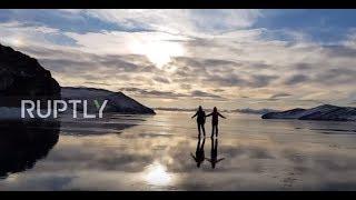 驚きの透明度!凍っているのが嘘みたいに見える、バイカル湖でスケート映像