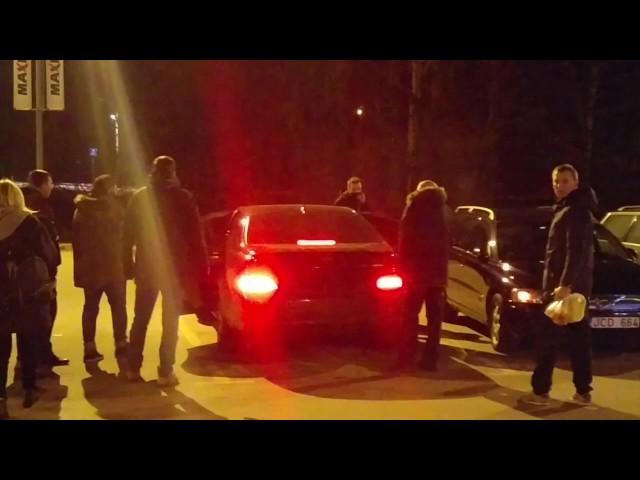 """Portalo """"Kas vyksta Kaune"""" skaitytoj? video: nevaldomas jaunuoli? elgesys viešoje vietoje"""
