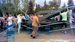 В Лисичанске на празднике упал навес на сидящих людей