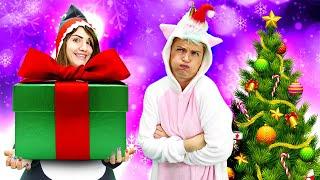 Vidéo drôle. Noël et Nouvel An. La licorne et le requin décorent le sapin de Noël.