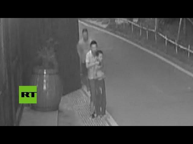 Rescata a un niño de su secuestrador que lo amenazaba con un cuchillo en el cuello