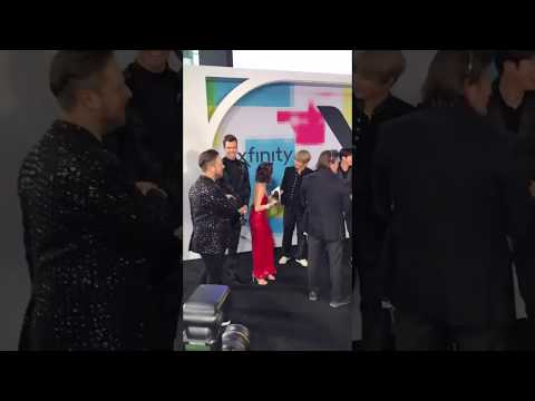 Laura Marano LUCKIEST GIRL IN THE WORLD HUGGED BTS AT THE AMAs!! (I'm jealous) streaming vf