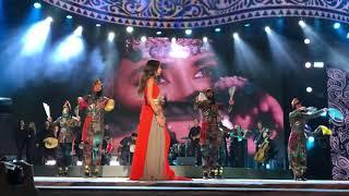 Зара поёт на курдском языке