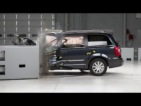 2014 Chrysler Town & Country Driver-side Small Overlap IIHS Crash Test