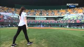 Кореянка бейсболистка кинула мяч с кувырком!!!
