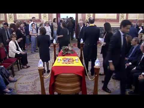 Sánchez se ve obligado a sacar del brazo a un hombre en el velatorio de Rubalcaba