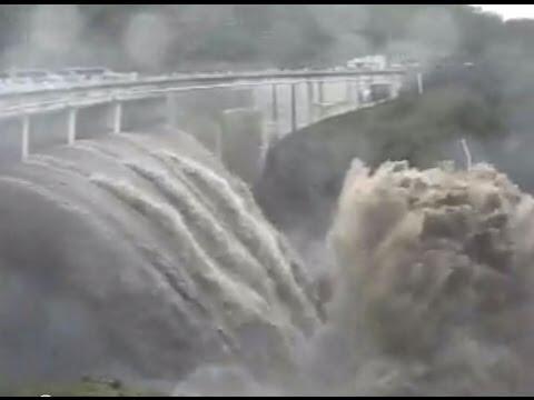 Crue 2008 - Gigantesque chute d'eau du barrage !