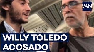 Dos simpatizantes de VOX acosan a Willy Toledo en Atocha