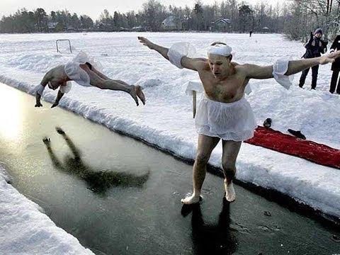 Прикол на зимней рыбалке! Пьяный мужик спит на льду! Ржач