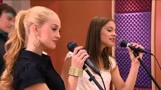 Ludmila ve violetta şarkı söylüyor