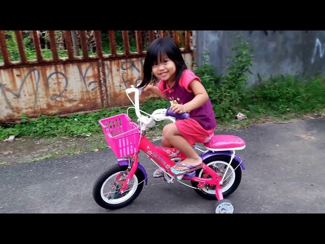 Kegiatan sore hari yg menyenangkan buat anak bermain sepeda di depan rumah