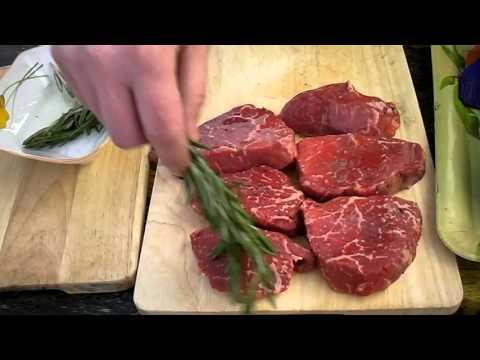 Стейк из мраморной говядины Мираторг с луковым соусом.
