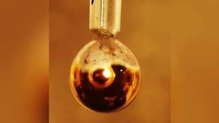 과학자들은 물을 황금색의 금속으로 만드는데 성공했습니다…