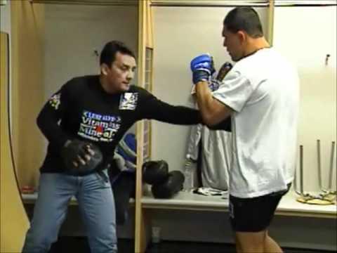 Rodrigo Minotauro fazendo manopla com Mestre Luis Alves PRIDE 19
