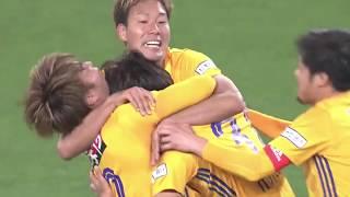 FKのチャンスで茂木 駿佑(仙台)の右足から放たれたシュートが相手の壁...