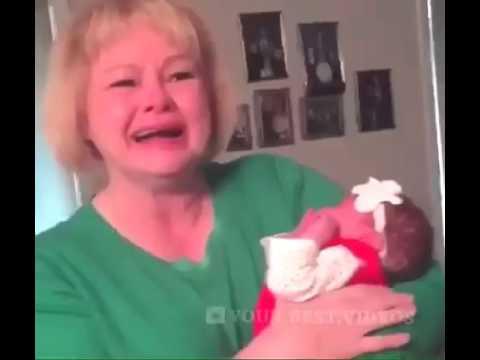 Бабушка впервые увидела свою внучку