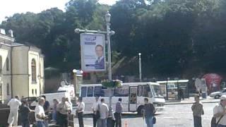 Автобуси з беркутом підтягуються до Українського дому