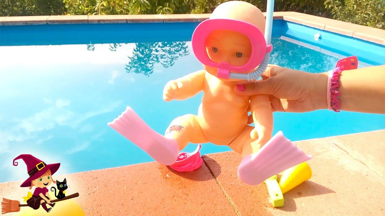 La beb juega y bucea en la piscina youtube for En la piscina