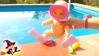 La Bebé Juega y Bucea en la Piscina thumbnail
