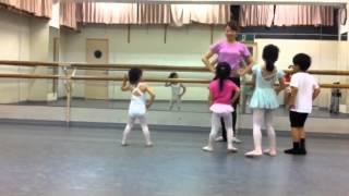 バレエを始めて1年。 3歳4ヶ月の娘(白レオタード)☆ がんばれ〜ヾ(○´▽`○)...