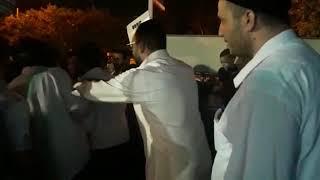 מרן הרב יצחק יוסף מגיע לעצרת סליחות בתל אביב עם תלמידו שמעון שמואלי