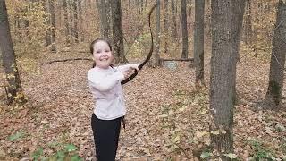 Девочка с пластиковым луком и падающая мишень