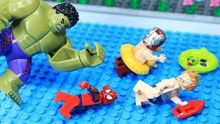 Lego Superhero Swimming Pool: Hulk vs Avenger Jumping