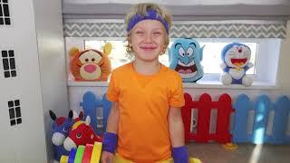 Лев и папа играют в лего