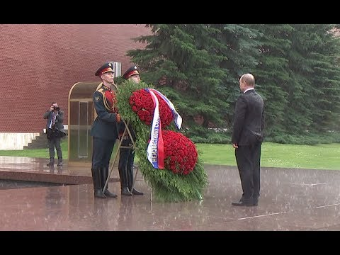 Download Youtube: Putin caught in heavy rain during ceremony marking start of Great Patriotic War