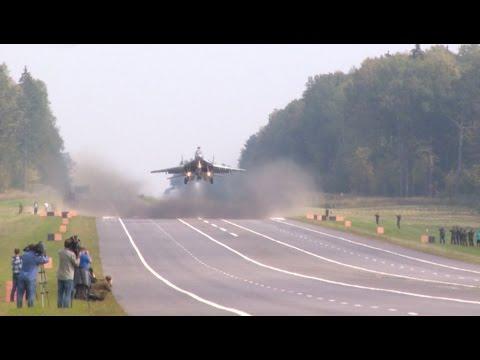 Смотреть Посадка самолетов МиГ-29 и Су-25 на АУД. Взлет на боевое применение онлайн