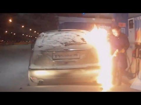 Видео: На эти женские чудеса можно смотреть бесконечно Как женщины заправляют свои машины на АЗС