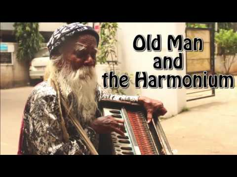 Street singer singing Hai apna dil awara song on harmonium