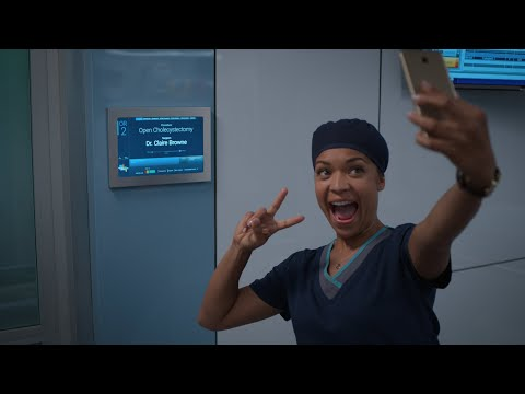 Claire Scrubs In for Her First Surgery - The Good Doctor