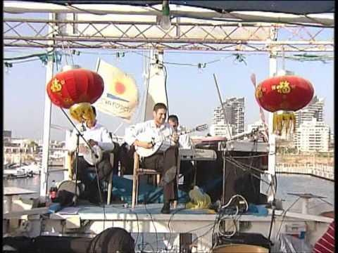 אלירן אלבז עם הבזוקי על הספינה. 2001