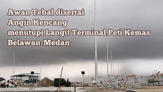 Detik-detik awan tebal disertai angin kencang menutupi Belawan Medan