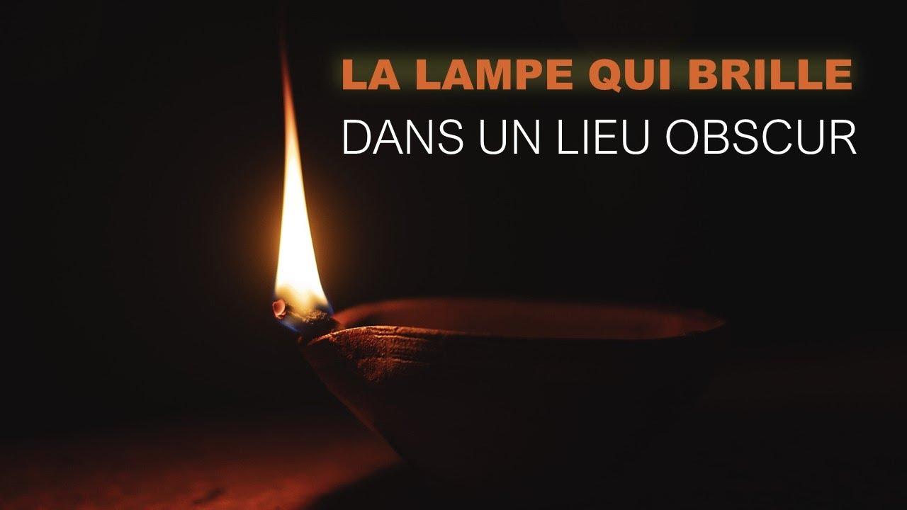 LA LAMPE QUI BRILLE DANS UN LIEU OBSCURE