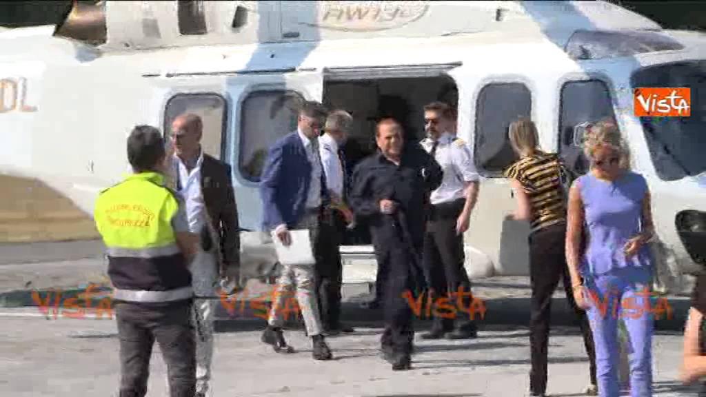 Elicottero Silvio Berlusconi : Berlusconi arriva in elicottero a pietrasanta