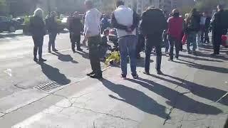 UŽAS U CENTRU BEOGRADA: Saobraćajna nesreća kod Skupštine, građani ukazuju pomoć povređenoj ženi